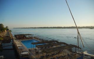 Het zwembad van het Iberotel ligt op een ponton in de Nijl